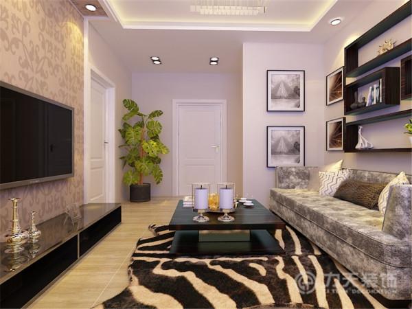 客厅东面是厨房,拥有良好的采光。卫生间处于房屋最北端,带有窗户,采光通风性良好,为业主的生活提供了便利。