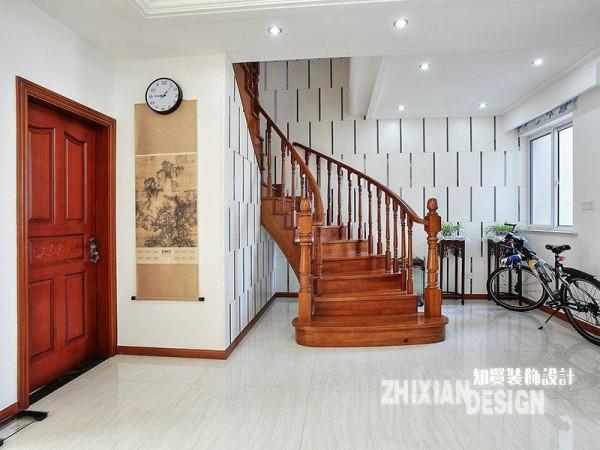 一楼和二楼的交界处,小编以为是一层设计最为精彩之处。乳胶漆绘制而成的模块状排列,盘旋的木质楼梯依托其上,黑、白、棕三色交织成亮眼的景致