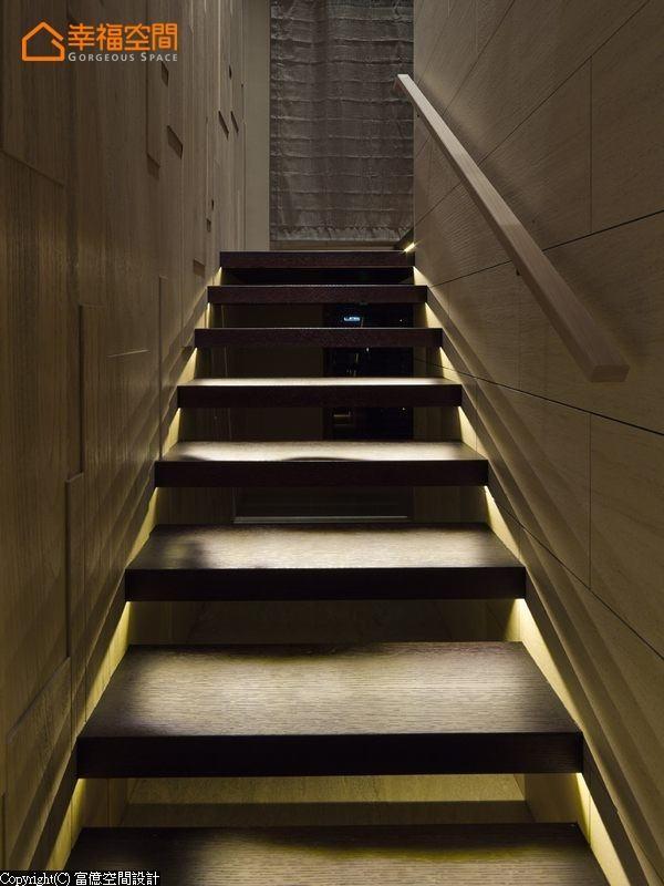 楼梯两侧分别采平滑的木化石与立体刻划的风化木对比呈现,彷似美术馆的意象规划,构筑居家最美人文艺术风景。