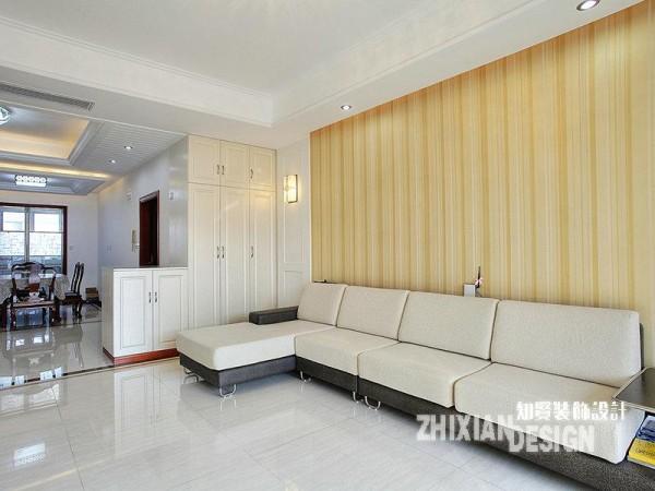 沙发区特写,与更为简单的电视区相比,设计有了浅淡的温馨感。触眼可及的线条,纵多横少,让空间更简洁