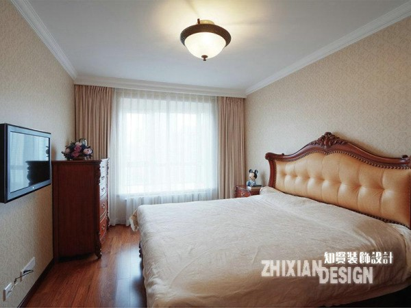 更为专一的功能空间设计,主卧的设计迎合了前面空间的色调组合,氤氲的、温暖的、深浅合一的色块儿,用最为自然的组合方式组合在一起,渲染出卧室的清雅质感