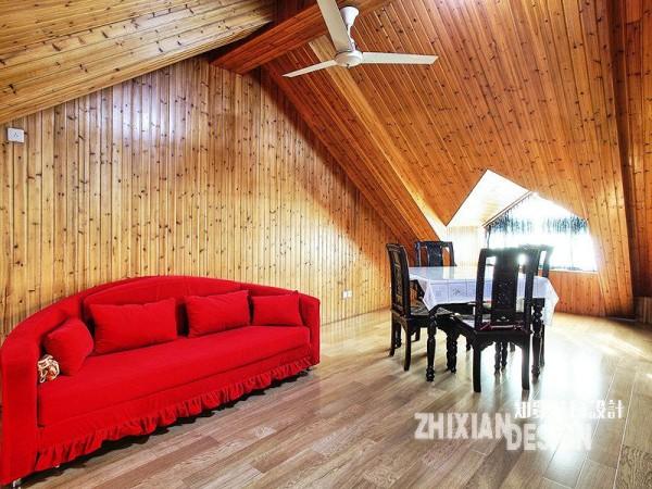 阁楼的设计远远超出了预想,全方位无死角的木板铺陈,层层叠叠,大红色的弧型沙发,黑色的中式桌椅,黑色与红色的视觉差,营造出极具视觉冲突的画面感。