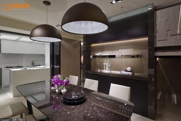 餐厨区是家庭生活的空间重心,设计师采黑白两色对比开放规划,构筑空间彩度层次,即便位于廊道两侧,依旧能保有流畅自在的互动表情。