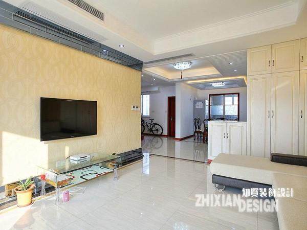 客厅,是现代风的典型空间,与我们既定设想中的感觉格格不入,但却真实、简单的存在着。简白的瓷砖、暖黄色的现代风壁纸、蛋糕块排列的沙发、同色的立柜...尽量简单的设计,让客厅有了开阔的视觉感