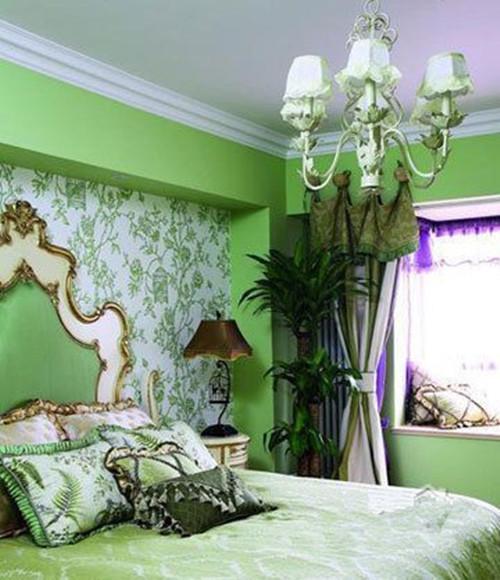 卧室:美式家居的卧室布置较为温馨,作为主人的私密空间,主要以功能性和实用舒适为考虑的重点,一般的卧室不设顶灯,多用温馨柔软的成套布艺来装点,同时在软装和用色上非常统一。