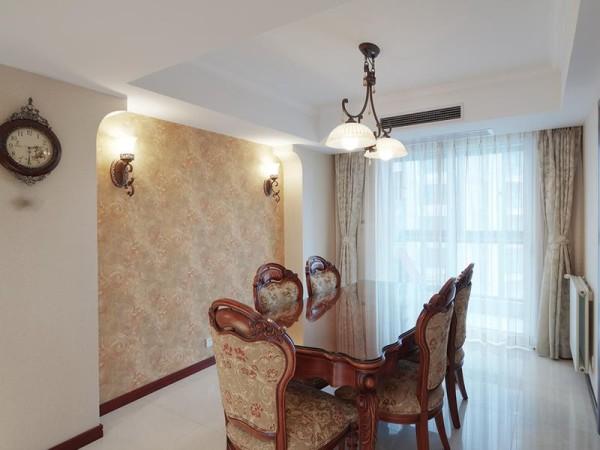 内凹式的背景墙设计,让餐台成为拱月般最为凸显的存在,更为精妙的是壁纸与餐椅几近一致的花色,趁着柔和的灯光同透过纱帘而入的稀薄的熹光,更显净丽。
