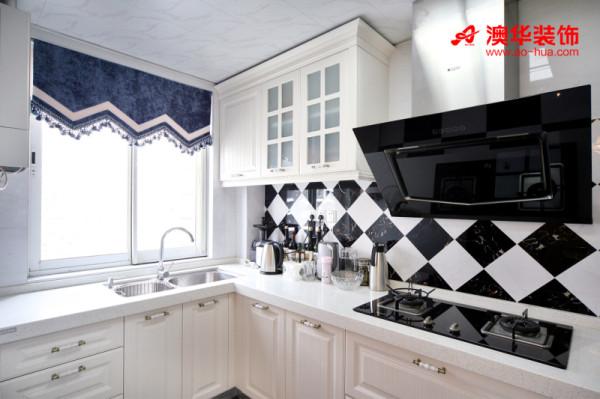 当酷劲的黑,遇上纯净的白,总能碰撞出优雅的质感。经典的欧式整体橱柜,样式简洁耐看,细腻的质感体现出高端家居品味。