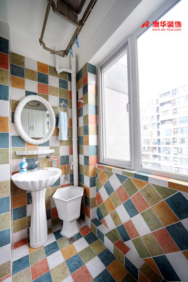 活泼的色彩,跳跃的格子拼花,为卫生间增添了趣味新颖的元素。卫生间年轻时尚的设计,跳脱了传统沉闷的概念,让人耳目一新。