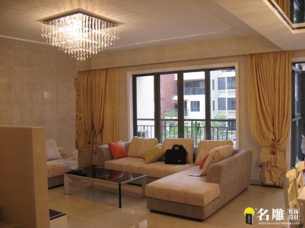 简欧风格220平温馨三居室雅居客厅:采用的是白色与黄色的色彩搭配,强调的是气韵、质感与浪漫的柔性美。