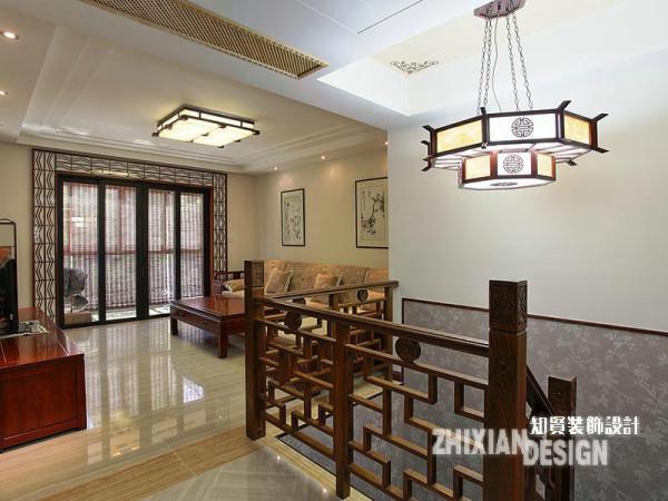 紧邻入户门,是联通两个维度空间的通道,以此为界,客厅、主室、卫浴、次卧、休闲区,一楼的主要功能空间环其而列。视野所及,雕花精美的栏木、造型古典的楼梯、形式别致的中国风吊灯无处不彰显出中式审美的涵韵
