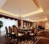 客厅与餐厅的结合,让视野更加开阔,同时也最大限度的开发了空间使用率。餐桌在造型和色彩上紧随风格,餐桌是实木的,给人感觉很踏实,厚重感很强,采用描金处理,儒雅富丽,带有浓烈的欧式色彩。