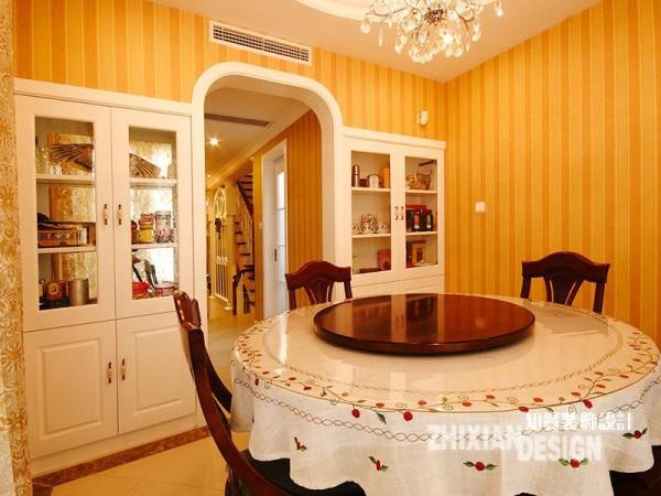 餐厅远踞于另一头,位于廊道的尽头。除却颇具古典气质的餐桌椅,对称分布嵌于墙壁的的白色壁橱,更为引入注目——以门的中间线为界,像极了一本打开的书页,琳琅满目的物饰便是书中精美的图片