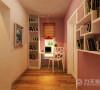 步入卧室的门口是一个相对狭小的空间,有一扇小的窗户用来采光和通风,由于空间较小可以作为书房来使用,书房的左面是卧室