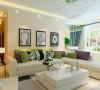 沙发背景是几幅挂画搭配米白色的沙发,浅黄色的乳胶漆,以及深色的地毯,在软装搭配上清新自然,极具生活气息,符合休闲安逸的意境。
