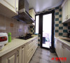 长方形的厨房就像一个音乐盒,喵喵在厨房里烹饪每一道美食,都演奏出不一样的美妙乐章。 瓷砖拼贴活泼而跳跃,当典雅绿撞上百搭的浅米色,绽放出沉稳时尚的氛围。