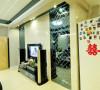 用于玻璃材质结合背景墙把卧室门和卫生间门融入进去,使整体感达到一致