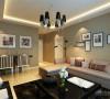在客厅部分,壁纸选用的是咖色,浅浅的奶咖的布艺沙发,加上黑色的 茶几与深色的地毯,呼应了主体,也使得空间具有层次感