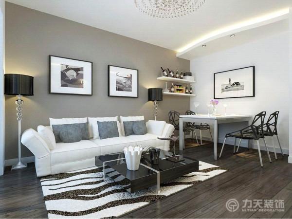 在褐色的沙发背景墙下,白色布艺沙发,搭配黑色镜面茶几,配以条纹地毯,营造出简洁明快的感觉