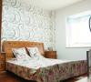 次卧的布置,温馨十足,背景墙的壁纸设计,配上灯光,还有一点点小浪漫。