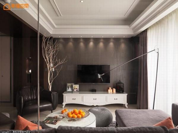 调和着餐、厨区域水晶灯所挹注的古典语汇,客厅沙发、单椅以及桌几家私换以现代表情,平衡演绎空间风格。