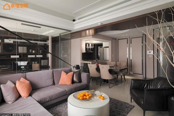 原非开放式规格的厨房,演拓空间室内设计藉由吧台与活动式餐桌安排,屋主可依待客需求自由调配座位数量。