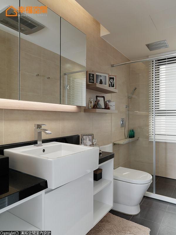 既有的浴室架构内,设计师细腻观察到五金置物架可能产生的清洁困扰,特别于淋浴区内增设人造石平台,大幅提高空间实用性。