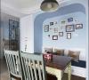 凹进去的相片墙下设软座。餐厅如此设置,既节约了空间的使用面积,软座下面有两个抽屉,也增加了收纳空间。