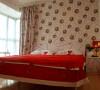 次卧做成一个即能储藏又能兼老人房的空间满足老人喜好睡硬质床的需求,同时由于居住的人口偏多,所以也储藏杂物的空间也有了。