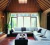客厅通往阳光房的门及窗地打通,做成宽大的地中海式垭口洞口