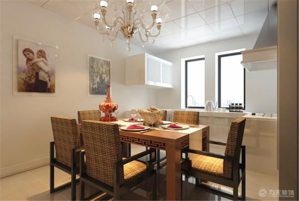 餐厅和厨房相通,采用铝扣板集成吊顶,与客厅地板通铺,石材墙面。