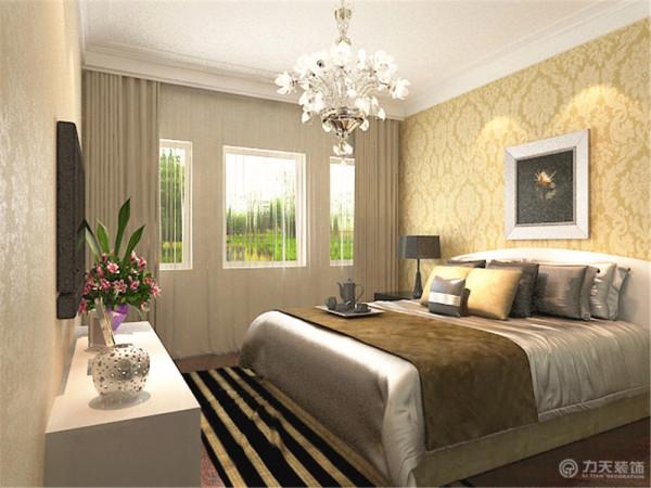 主卧室壁纸与客厅壁纸相呼应深色地板屋顶是双层石膏线增加空间造型感。室内整体功能布局合理,采光性能好。