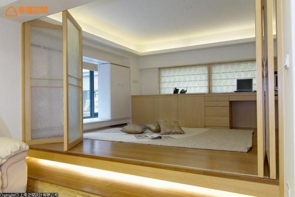 利用客厅的挑高空间,封以楼板扩充出二楼的多功能和室。而地板架高的设计,实际上巧妙把高度做了合理的分配,维持上下两个空间的舒适感。