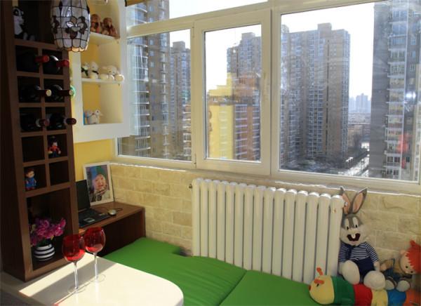 主卧阳台成为孩子的玩耍区,绿色与黄色鲜艳的色彩搭配意味着新生的喜悦。窗外阳光透过玻璃洒在榻榻米上,或学习,或玩耍,为生活凭添了一丝惬意与慵懒。同时榻榻米下兼具储物功能,可用来存储杂物等。