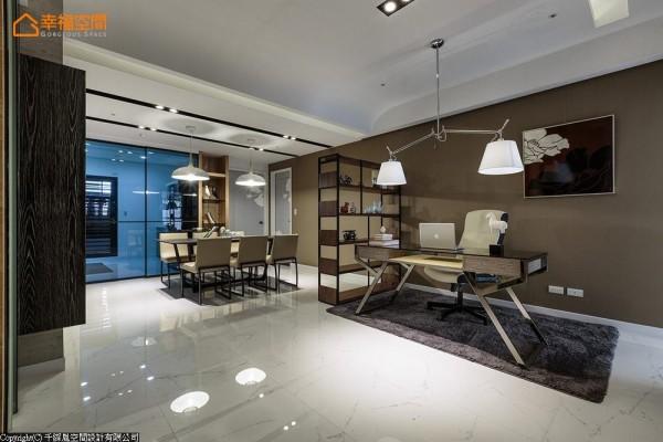 位于同一水平线上的书房与餐厨区,透过灰玻与表示层架开放界定场域机能。