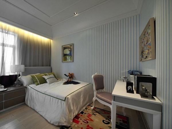 儿童房:蓝白条纹的墙面,使卧室稍带地中海风。