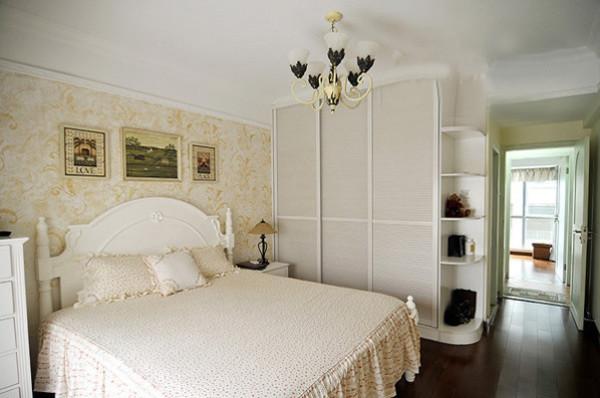 主卧室,摒弃了传统的成品衣柜,改用定制通顶的大衣柜,大大提高的居室内的使用率,也避免的卫生死角
