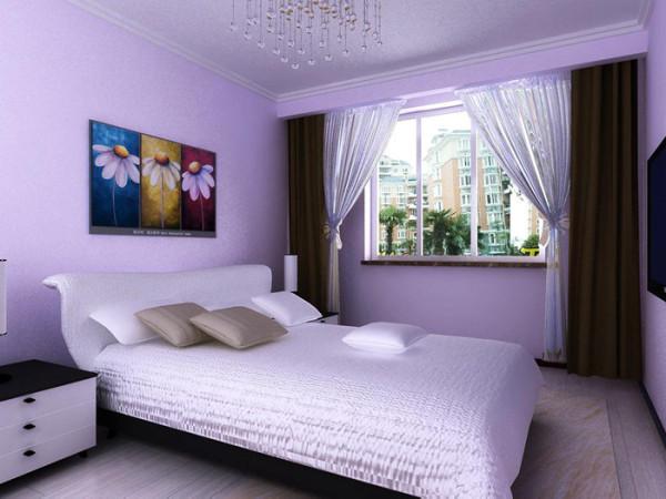 把帘子藏在背景墙上面的中式格里面,感觉就像一幅画在里面,很漂亮 ,晚上的时候打开帘子就是个自然的卧室。