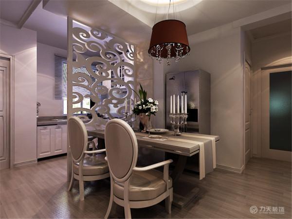 餐桌上方是一个圆形的吊顶,餐灯更能彰显氛围。
