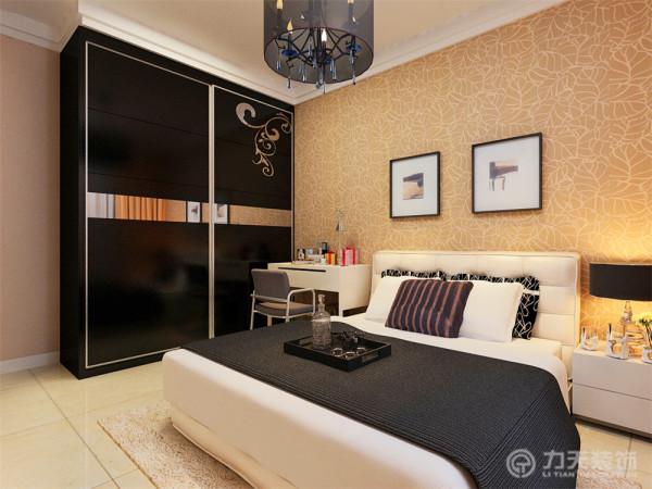主卧室床头背景选用了黄咖色的树叶图案的壁纸,搭配室内黑白色相见的床饰,效果不错。