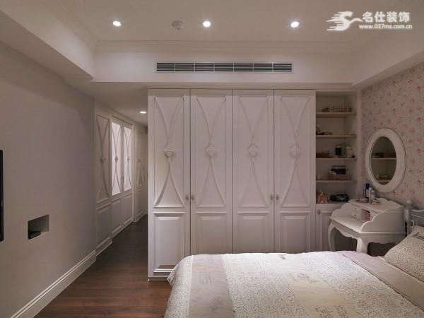 卧室,设计了个白色的大衣柜,可以放业主的所有衣服。还有一个梳妆台,早晚方便打扮。