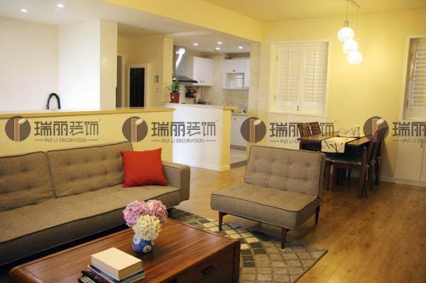 灰色的沙发、橙色的抱枕为客厅增添一抹温馨。
