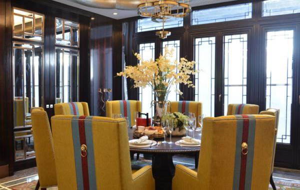 餐桌椅子的颜色充满皇家贵族气息