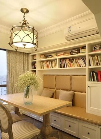 卡座中间部分做了软包设计,连着卡座做了白色的书架,让这个光线充足又安静的餐厅也充当了小书房