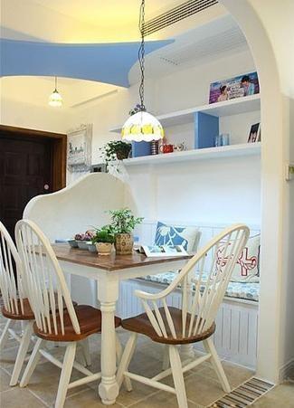 这个是入户的进门处,设计了一小小的半大屏风,遮蔽了就餐区。小巧的蓝白餐厅,是小 户型的精选制作。卡座下面的收纳,上面的搁架都非常实用。