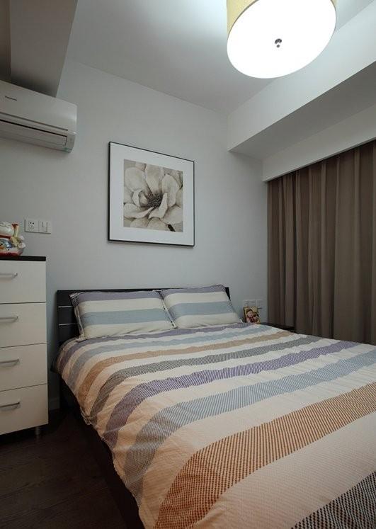 卧室简约以设计舒适为主,充满线条感。