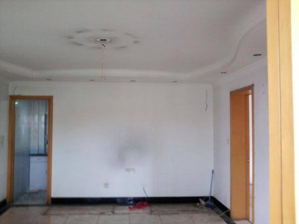 装修前,居室内整体属于偏现代简约的风格定位,但是,由于已装修 多年,从形式上,色调搭配上已经显的陈旧、老气。