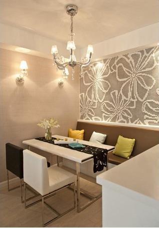 简约咖啡色调的餐厅,卡座背景墙的花朵壁纸为简约的设计带来了优雅的气息。当然灯具装饰也能给小餐厅起到画龙点睛的作用。
