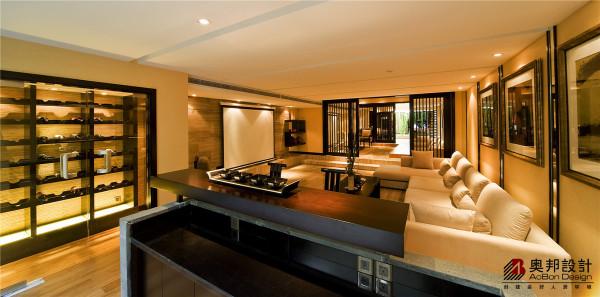 现代中式风格,更多的采用简洁、硬朗的直线条,进行空间装饰。直线装饰的运用,即体现出现代人所追求的简单生活的居家理念,又迎合了传统中式那追求内敛、质朴的设计风格。