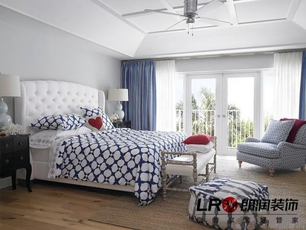 卧室也是简约极致的美好,白色主调,搭配温暖浅色系木地板,以及家具色调搭配,相得益彰!