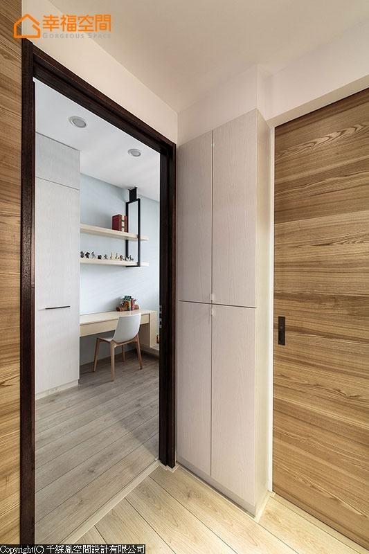 进入卧房前的畸零区块,设计师也将之巧化为收纳区。